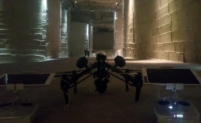 Un pilote, un cadreur pour des prises de vues en intérieur.